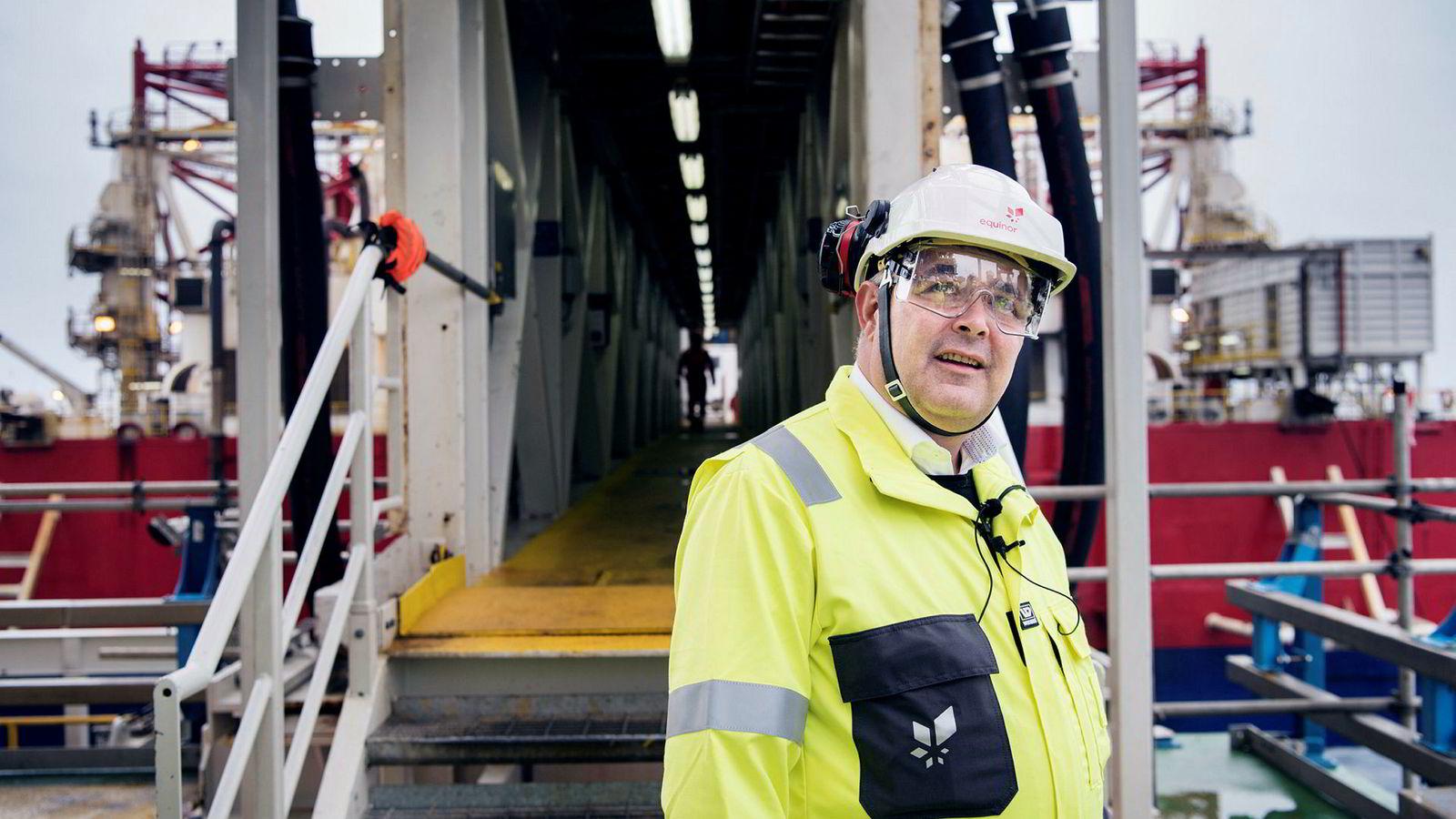 Olje- og energiminister Kjell-Børge Freiberg under besøk på Johan Sverdrup-feltet i 2018. Han mener folk i oljebransjen fortjener honnør, ikke kritikk.