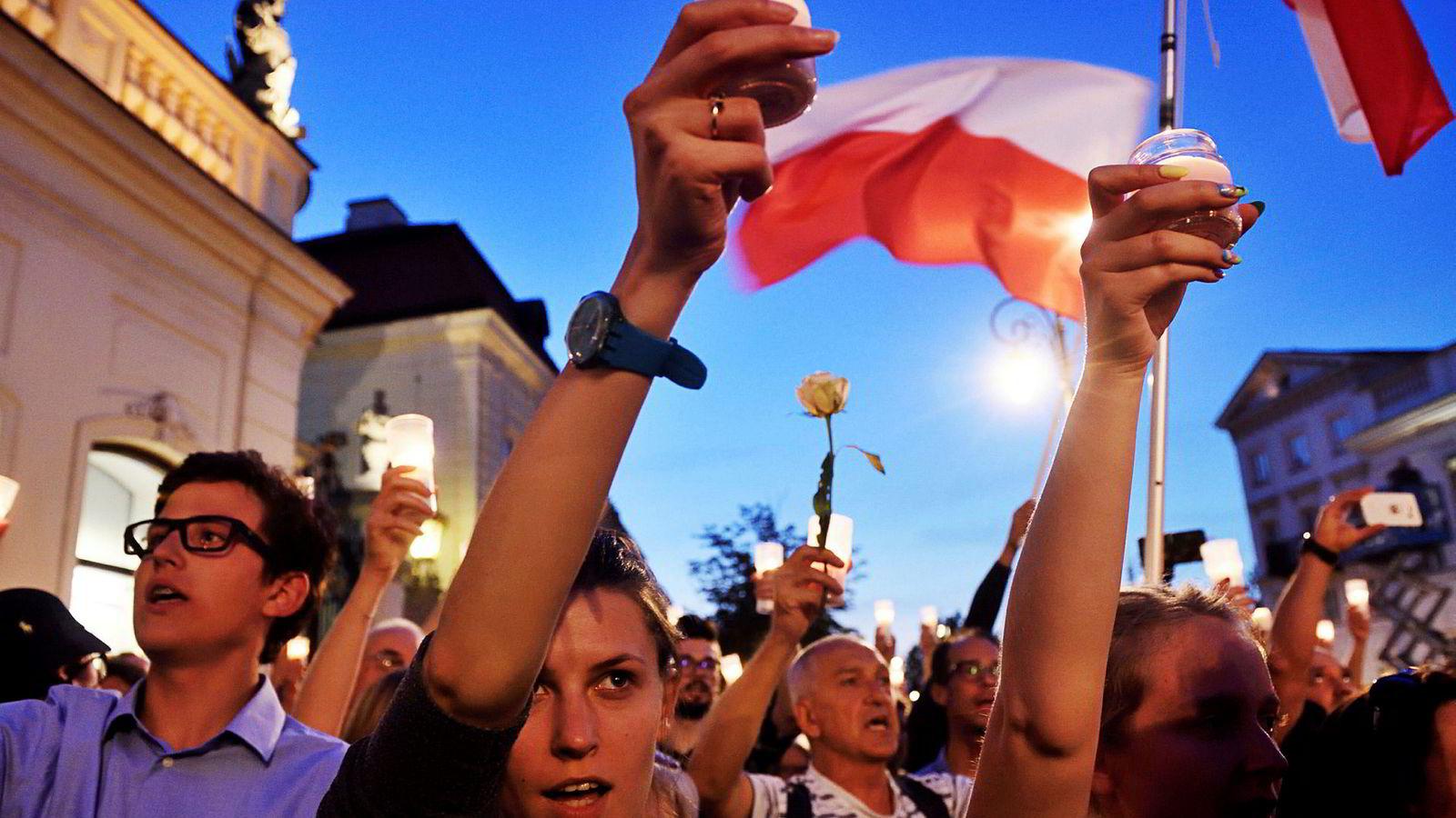 Polakker samles for å protestere mot juridiske reformer i landet.