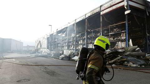 Etter en eksplosjonsartet brann og flere etterbranner sto bare skjelettet igjen av fryselageret i Vestby. Nå er Asko i gang med planene for å gjenreise lageret med en nøkkelfunksjon for matleveranser over hele Østlandet. Foto: Erik Johansen, NTB