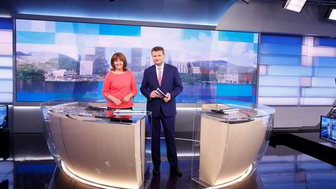 Dagsrevyen har fått nytt studio og NRK har fått ny profil. Men det trekker ikke seere under 40 år. På bildet er Ingvild Bryn og Jon Gelius ferdig med sending. Foto: Terje Pedersen /