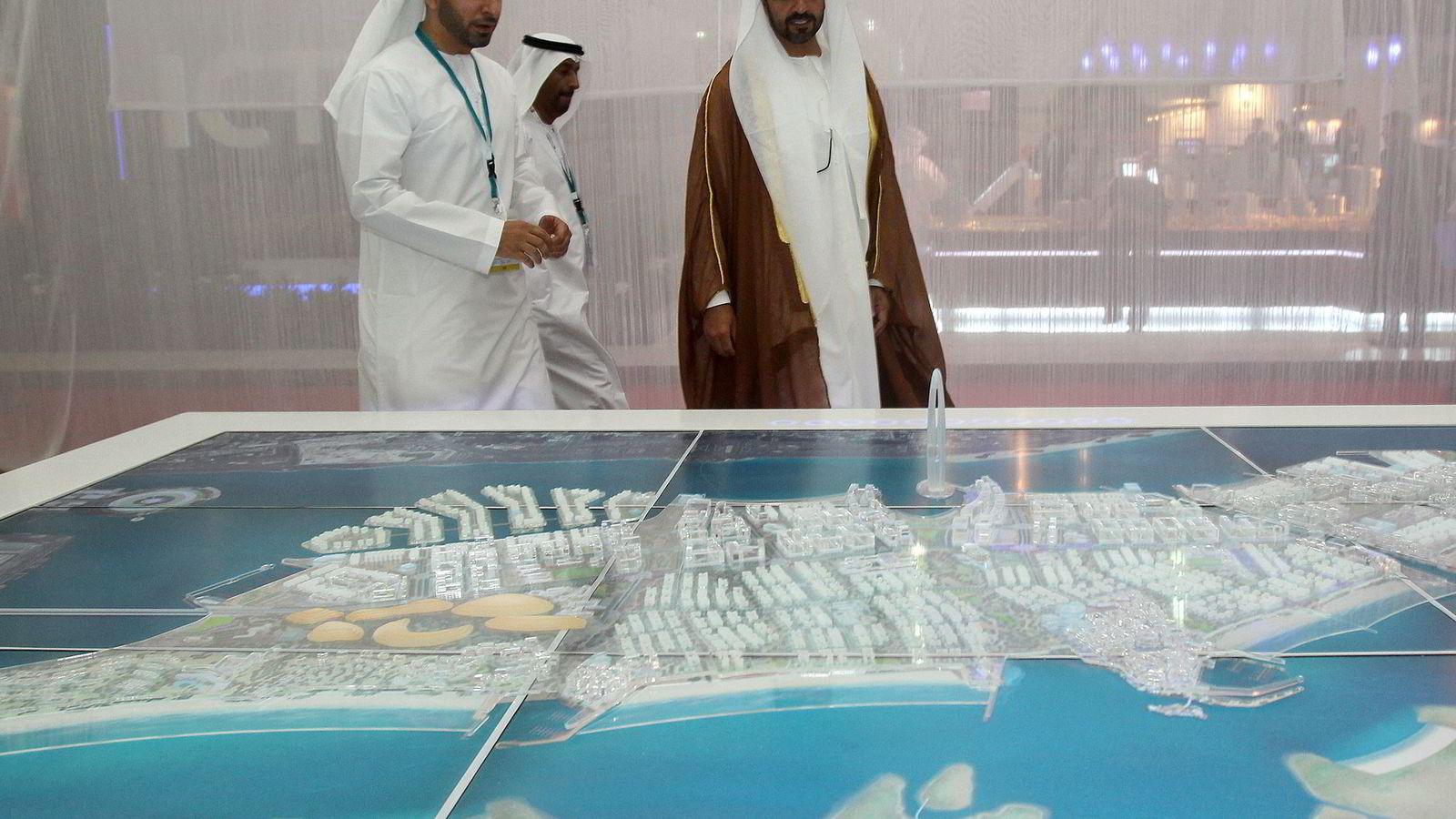 Abu Dhabis statlige investeringsselskap og toppsjef sjeik Hamed bin Zayed al-Nahayan (t.h) er blant investorene  i Solveig Gas har anket Tingrettens dom i Gassled-saken. Her er sjeiken avbildet med en modell av det nye finansdistriktet i Abu Dhabi i 2010.