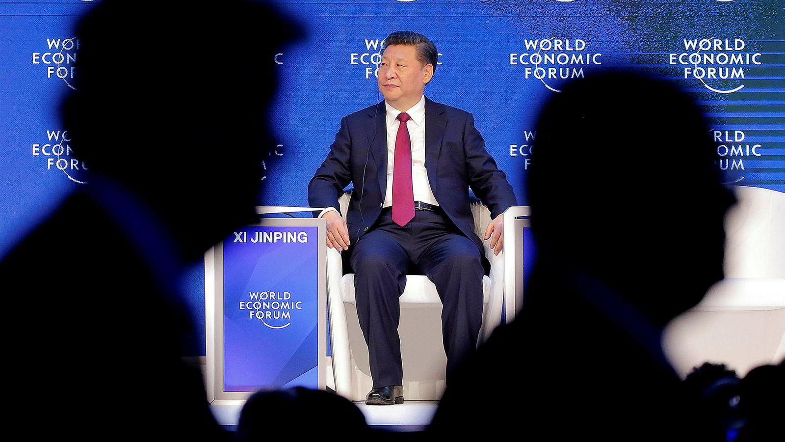 I globalismens katedral – kringsatt av kapitalister – holdt Xi Jinping frem Kina som frihandelens, globaliseringens sanne forsvarer – til stormende applaus, skriver Asle Toje. Her sitter Kinas president Xi Jinping på podiet under World Economic Forum i Davos, 17. januar 2017.