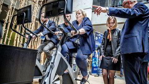 Statsminister Erna Solberg mottok fredag en bred rapport om digitalisering av næringslivet. På mandagens «toppmøte om teknologi» i Trondheim fikk hun en advarsel fra Tore Tennøe og Teknologirådet om at det trengs spissere tiltak mot kunstig intelligens. Her prøver Solberg og Torbjørn Røe Isaksen (til venstre) ergometersykkel med tanksspill.
