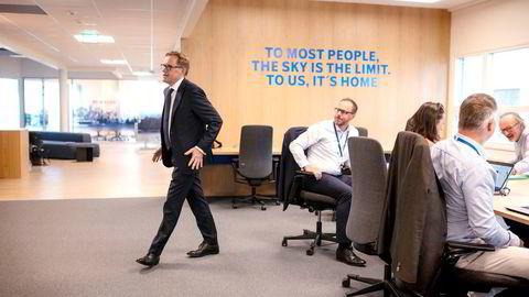 SAS' finansdirektør Torbjørn Wist (til venstre) svingte fredag innom kontoret på Lysaker og la frem et milliardresultat godt over forventningene. I midten sitter Eivind Bjurstrøm, leder for bemanningsplanlegging i SAS.