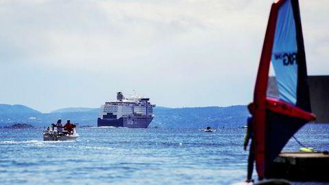 En registrering av båtene, Color Magic og Color Fantasy, i Nis vil innebære at Color Line kan ansette utenlandske arbeidere på lokale betingelser. På Nor-registrerte skip derimot, er det krav om norske lønns- og arbeidsvilkår.
