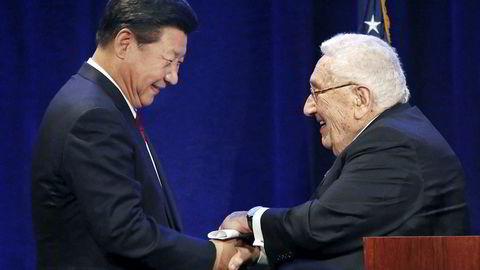 Døren er alltid åpen hos kinesiske politikere for USAs tidligere utenriksminister Henry Kissinger, som bidro til å normalisere forholdet mellom USA og Kina på 1970-tallet. Han mener at USA må se på Kina som en partner, og ikke en fiende. Her sammen med Kinas president Xi Jinping.