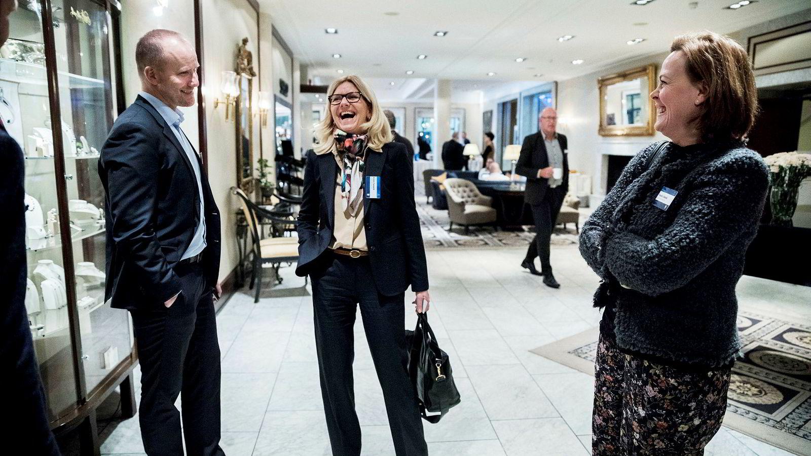 Leder i Lundin Norway, Kristin Færøvik (i midten), møtte Statoils Sverdrup-utbyggingssjef Kjetel Digre i gangen under Sandefjord-seminaret denne uken. Utbyggingen er svært viktig for Lundin. Til høyre Lundin-pressesjef Frøydis Eldevik.