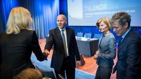 Leder av Telenors valgkomité Anders Skjævestad (til høyre) møter som regel de øvrige medlemmene av komiteen en gang i måneden for å diskutere Telenor-styret. – Jeg bruker ganske mye tid på dette, så det er ikke noe venstrehåndsarbeid, sier Skjævestad. Her fra generalforsamlingen våren 2017 med konsernsjef Sigve Brekke og styreleder Gunn Wærsted.