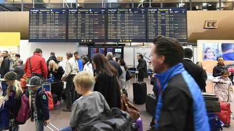 Reisende til USA fra Arlanda i Stockholm kan senest fra 2018 gjøre unna alle innreisekontroller før de drar. Bildet viser reisende på Arlanda i forbindelse med pilotstreiken i juni. Foto: Mikael Fritzon/Afp Photo/TT News/NTB scanpix