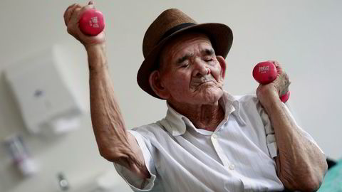 Verden vil få stadig flere gamle mennesker, men neppe mange like gamle som Jose Uriel Delgado (115 år). Delgado, bedre kjent lokalt som «Chepito», og mulig verdens eldste, tar her en treningsøkt på sykehjemmet Sisters of Charity i San Jose på Costa Rica. Foto: Juan Carlos Ulate/Reuters/NTB scanpix