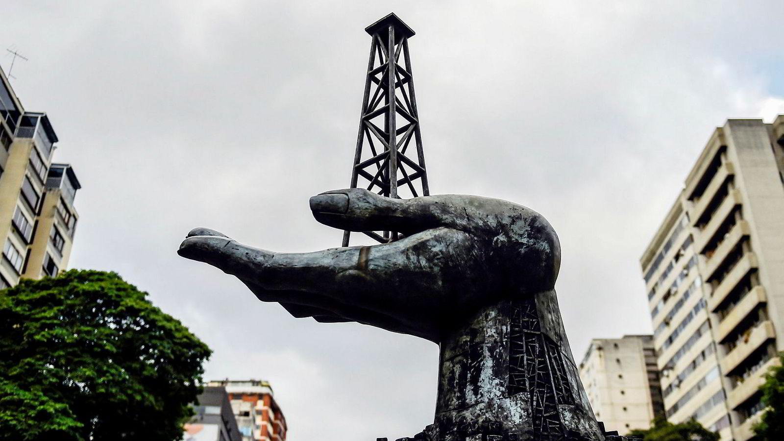 Venezuelas statlige oljeselskap, PDVSA, krever bekreftelse på at partnere som Equinor ikke trekker seg etter innføring av en rekke sanksjoner. Det har Equinor ingen problemer med. Her fra monumentet foran PDVSAs hovedkontor i Caracas, der Equinor har 25 ansatte.