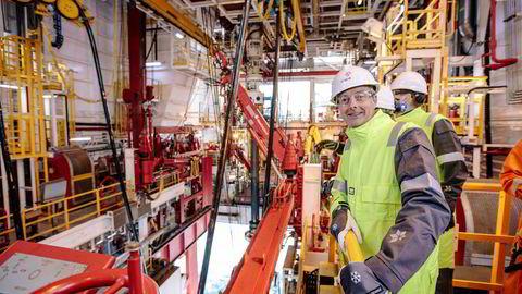 """Olje- og energiminister Terje Søviknes (Frp) besøkte i april boreriggen """"Songa Enabler"""" under arbeid i Barentshavet. Nå legger han opp til enda mer leting høyt mot nord."""