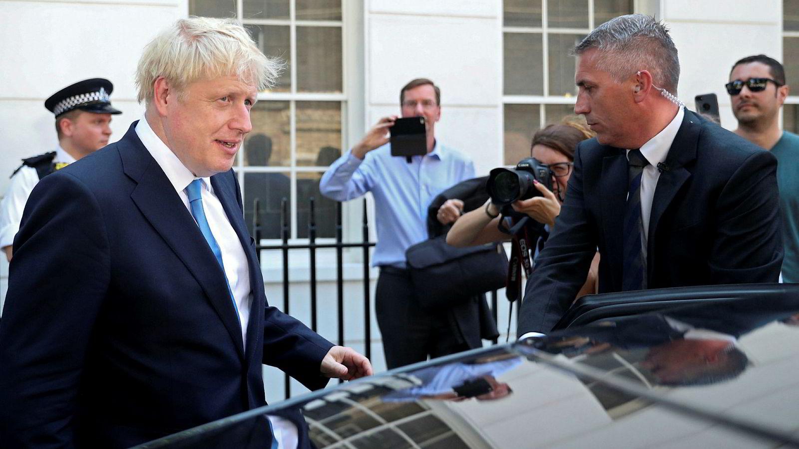 Flere ville fotografere Johnson utenfor kontoret etter at han ble valgt til ny leder av De konservative.