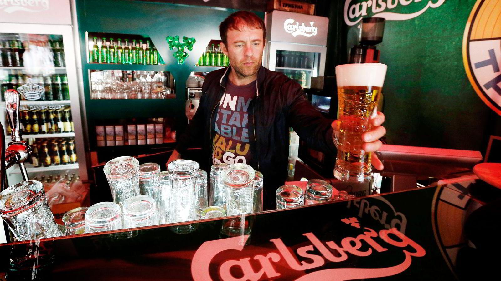 RAMMES. Carlsberg er markedsleder på øl i Russland, men salget i landet gikk ned med seks–syv prosent i årets andre kvartal. Her fra en bar i St. Petersburg. Foto: Alexander Demianchu, Reuters/NTB Scanpix