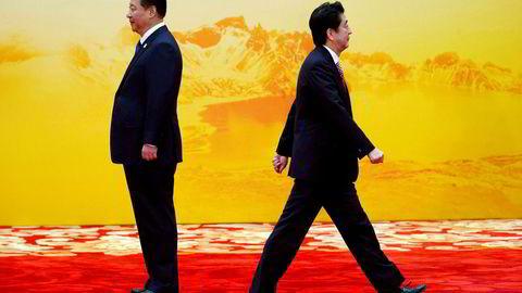 Det har vært isfront mellom Kina og Japan de siste seks årene. Statsminister Shinzo Abe (til høyre) er invitert til Kina denne uken. Begge land er innstilt på å bedre forholdet og fronte nye handelsavtaler for Asia-regionen. USA skyves ut i kulden. Her med Kinas president Xi Jinping.