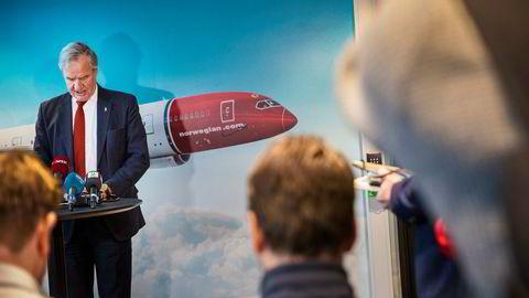Norwegian-sjef Bjørn Kjos overrasket markedet med en milliardemisjon garantert av blant annet skipsreder og investor John Fredriksen tirsdag. Her fra pressekonferansen i selskapets lokaler på Fornebu utenfor Oslo.