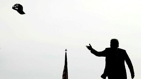 President Donald Trump kaster ut capsen til publikum i det han kommer til marinekårsbasen Miramar i San Diego i mars i år.