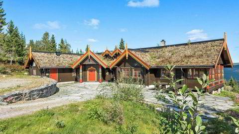 Laftet tømmer og torv på taket. Bjørn Dæhlie selger hytta i Trysil med ti soverom, boblebad, seks bad.