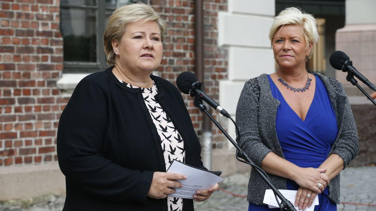 Finansminister Siv Jensen (Frp) (t.h.) og statsminister Erna Solberg (H) her i forbindelse med regjeringens budsjettkonferanse tidligere i høst.