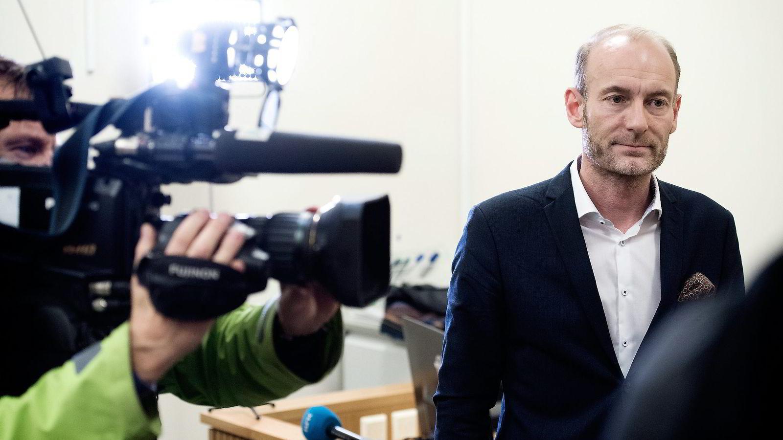 Mediemangfoldsutvalgets leder Knut Olav Åmås legger frem Mediemangfoldsutvalgets delrapport til kulturminister Linda Hofstad Helleland.