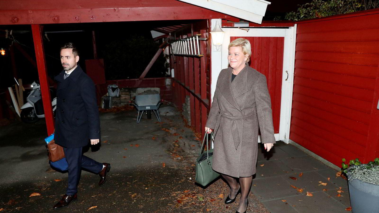 Finansminister Siv Jensen utenfor sin bolig i Oslo mandag morgen, på vei til jobb for legge frem neste års statsbudsjett.