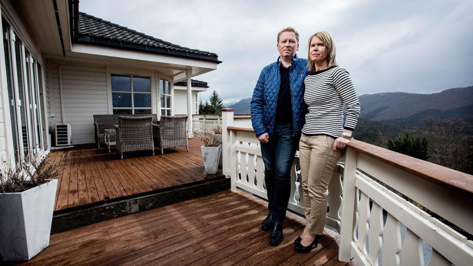 – Det som er sårt er at det føles som vi har kastet bort syv–åtte år av vårt liv, og arven vi fikk har smuldret bort, sier Tone Henjesand. Her med mannen Svein hjemme på Vatne utenfor Ålesund.