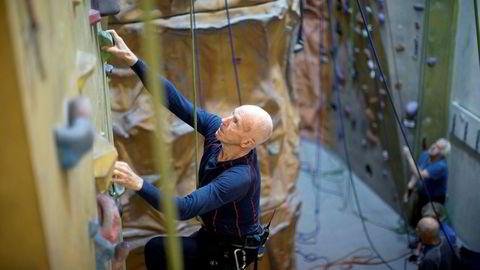 Ralph Høibakk klatrer på Torshov med Geriatrisk Klatrekompani. Høibakk besteg Mount Everest i 1985. Han tok doktorgrad i anvendt matematikk i en alder av 79 år.