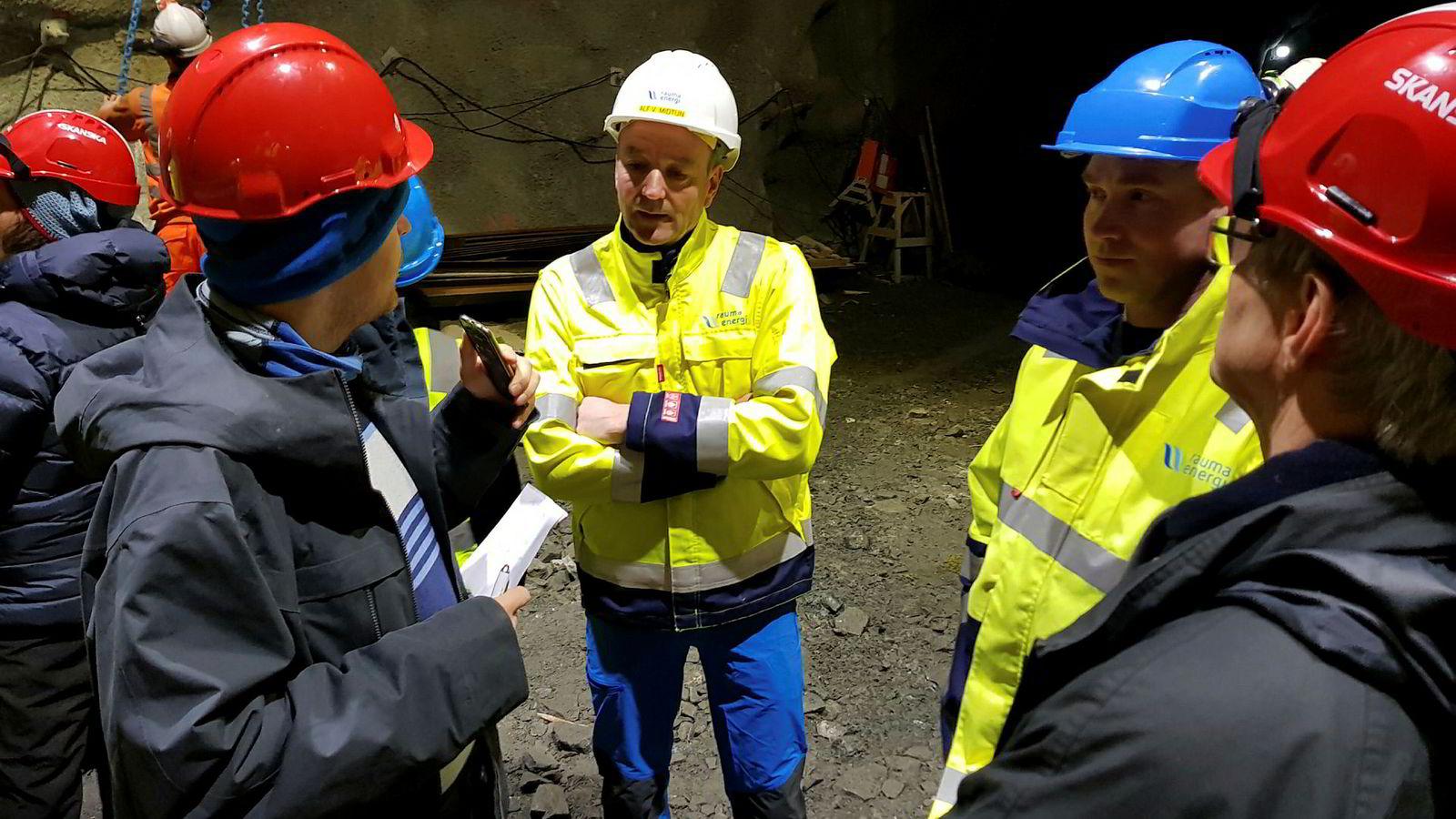 Administrerende direktør Alf Vee Midtun i Rauma Energi (i midten) har fått respons på langtidskontrakten. Her ved en befaring i forbindelse med byggingen av Nye Verma kraftverk som er kostnadsberegnet til 400 millioner kroner.