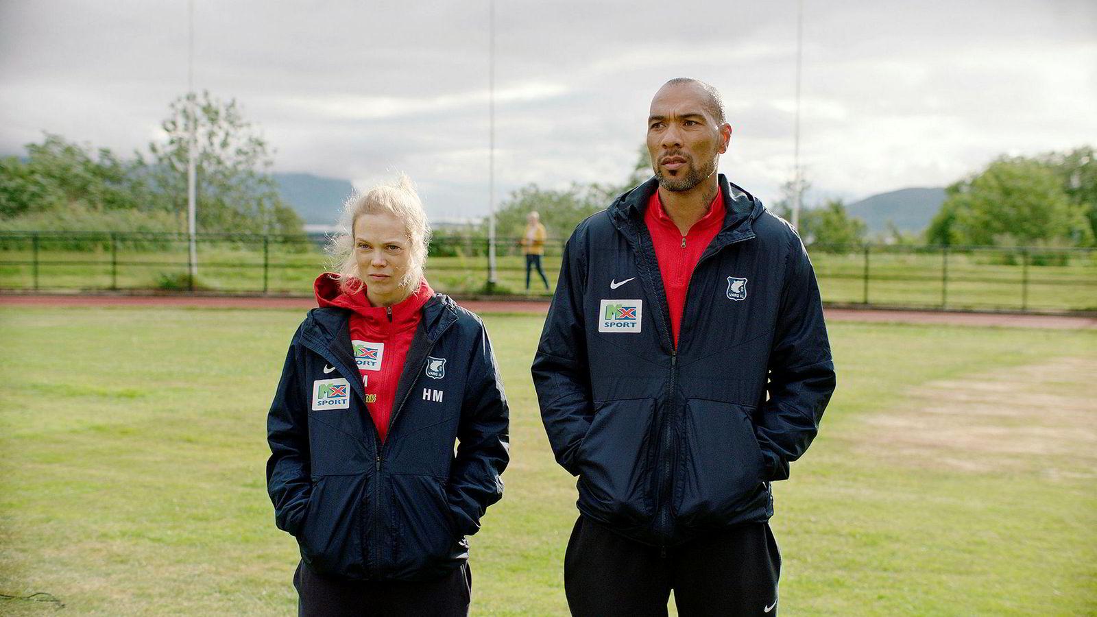 Søndag hadde sesong to av «Heimebane» premiere. Ane Dahl Torp spiller hovedrollen som Vargs fotballtrener Helena Mikkelsen, mens John Carew spiller assistenttrener Michael Ellingsen.