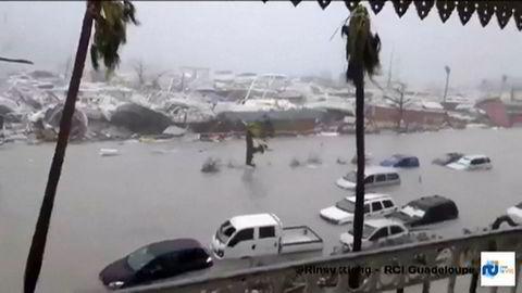 Irma forsårsaker enorme skader på sin vei. Bildet er fra Guadeloupe på øya Saint-Martin, og er et stiollbilde fra en video som ble publisert i natt.