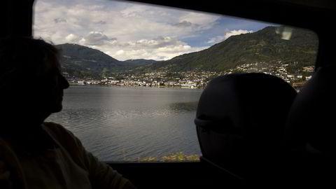 Lerum flytter resten av virksomheten fra Sogndal (bildet) til nabobygden Kaupanger. Foto: