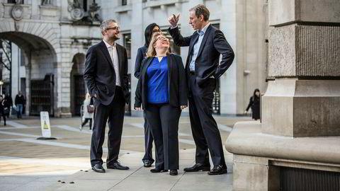 Konsernsjef Rolv Erik Ryssdal (til høyre) i Adevinta diskuterer om han skal se mot London-børsen eller St. Pauls Cathedral med Spania-sjef Gianpaolo Santorsola (til venstre), finansdirektør Uvashni Raman og produktsjef Laila Dahlen (i blått).