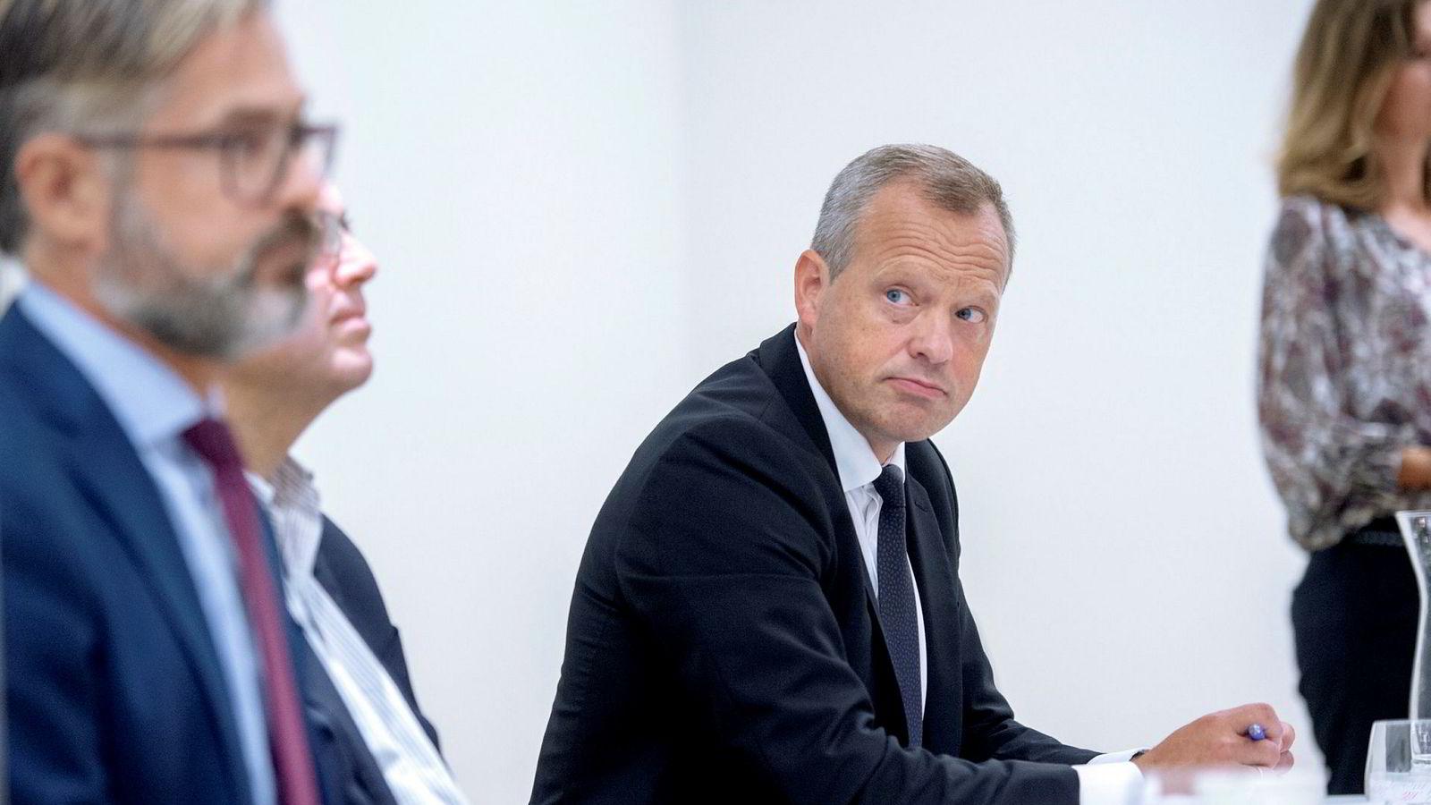 Stig Bech (til høyre) går av som styreleder i Boligbygg. Fra venstre: Thorvald Nyquist og Stein Ove Songstad fra Deloitte, fra offentliggjøringen av granskningsrapporten om Boligbygg til styreleder Bech.