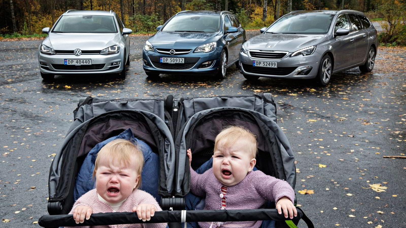 SÅNN PASSE FORNØYD. Ettåringene Liv og Anna er ikke store, men krever likevel sin plass i familiens bil. Bak dem står de tre konkurrentene: Volkswagen Golf, Opel Astra og Peugeot 308. Foto: Aleksander Nordahl