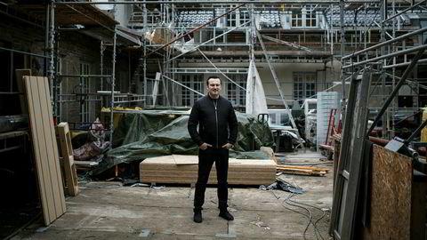 Om mindre enn to måneder åpner Nede Foss Gård dørene for gjester igjen. Daglig leder Sanel Hasic i byggekaoset. Foto: Nicklas Knudsen