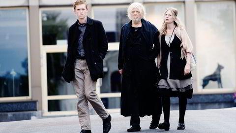I RETTEN IGJEN. Odd Nerdrum avgir sin partsforklaring i Larvik tingrett i dga, på bildet ankommer han retten tirsdag sammen med kona Turid Spildo og sønnen Øde Spildo Nerdrum. Foto: Elin Høyland