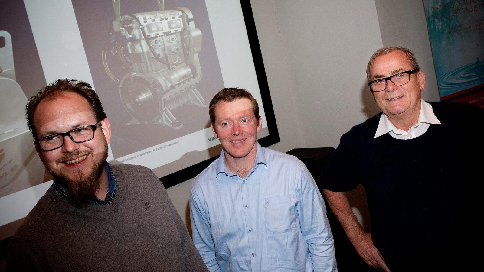 Harald Nes Rislå (fra venstre) er oppfinneren av maskinen som kan omdanne spillvarme til elektrisitet. Her med daglig leder Tor Hodne, og gründer og majoritetseier Tore Hansen-Tangen i Viking Heat Engines i Kristiansand. Foto: