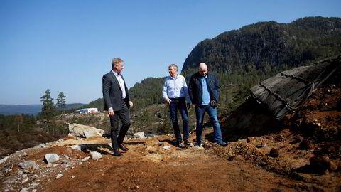 Daniel Moll fra den sveitsiske småkraftinvestoren er på besøk under anleggsarbeid i Sirdal sammen med SR-Bank-sjef Arne Austreid (i midten). Til høyre står Sven Magne Ousdal, en av grunneierne i et av de fem pågående småkraftprosjektene i området.
