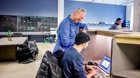 Lasse Nyhougen (foran laptopen) blir bedt av fotografen om å skape en spontan reaksjon hos produsent Espen Horn i Motion Blur (stående). Det klarer han.