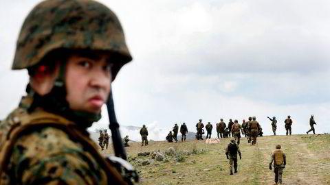 FORSVAR. Japanske soldater øver i California i USA, for å bedre samarbeidet mellom landenes styrker. Nå vil Japan gjøre en ny tolkning av grunnloven, slik at landet kan inngå lignende forsvarsallianser også med land i Asia. Foto: Frederic J. Brown, AFP/NTB Scanpix