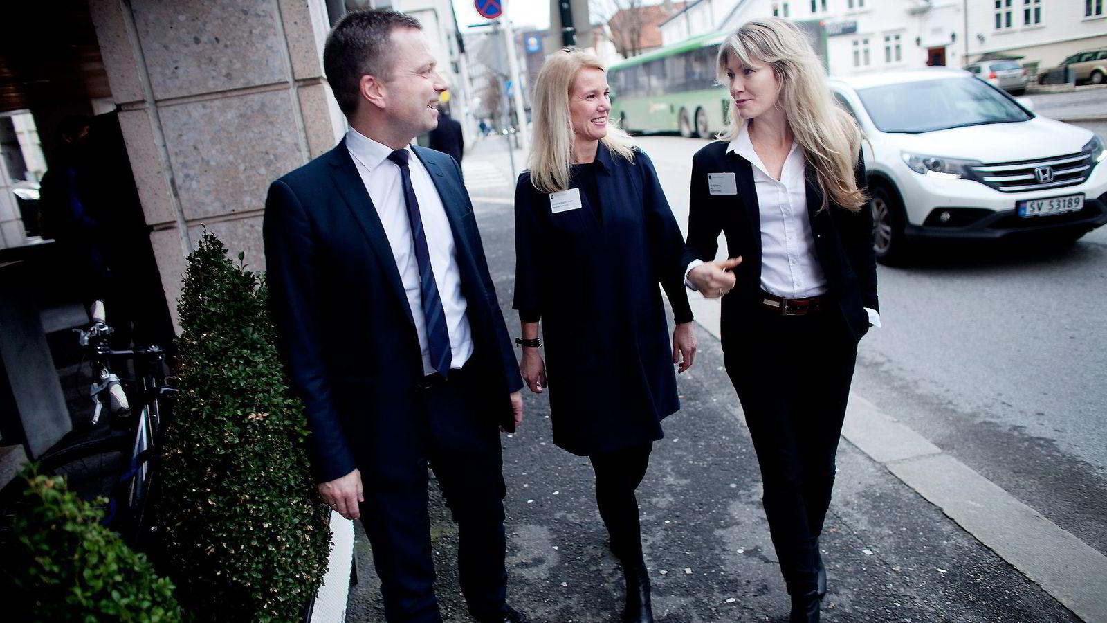 Stavanger må få det nye fondet, mener privatinvestor Harald Espedal, ordfører Christine Sagen Helgø (H) og fornybarinvestor Siri Kalvig.