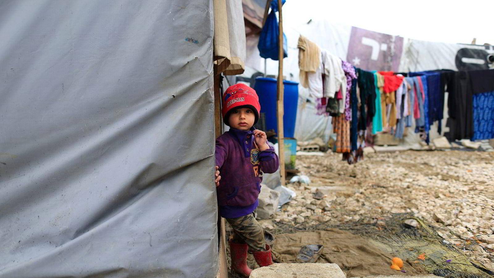Libanon opplever at kapasiteten for å ta imot syriske flyktninger er sprengt. Her en liten gutt utenfor familiens telt i en flyktningleir øst i Libanon. Foto: Hassan Ammar, AP/NTB Scanpix