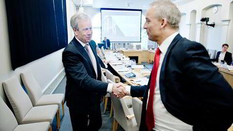 Leder Hans Olav Syversen (til høyre) i Stortingets finanskomité vil diskutere om Oljefondet bør få et eget styre. Her hilser han på sentralbanksjef Øystein Olsen, øverste sjef for Oljefondet.                   Foto: Fartein Rudjord