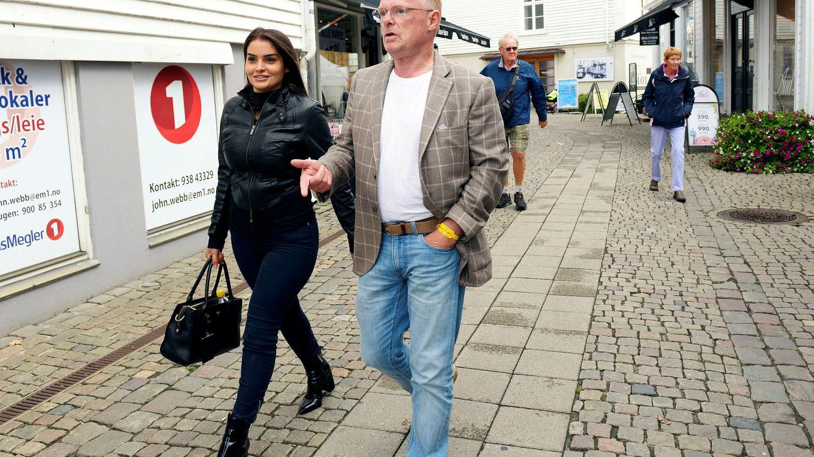Fiskeriminister Per Sandberg og kjæresten Bahareh Letnes varsler at de vil møte mediene tirsdag ettermiddag.