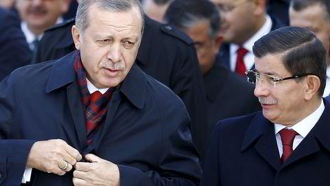 Turkias statsminister Ahmet Davutoglu (t.h.), her avbildet sammen med Tyrkias president Recep Tayyip Erdogan. Foto: REUTERS/Umit Bektas