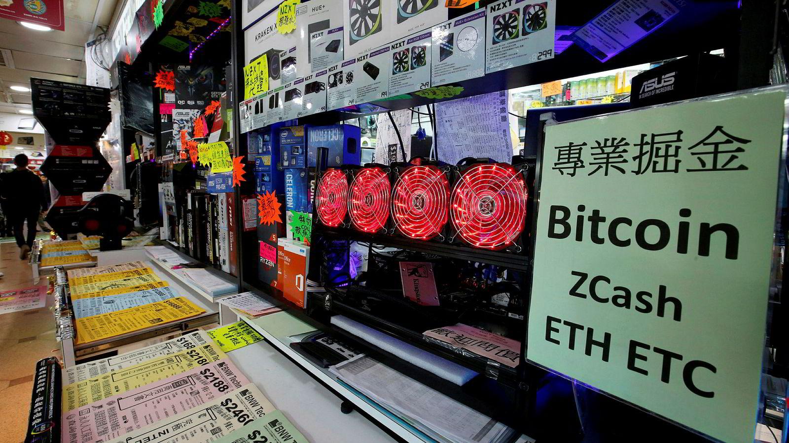 Illustrasjonsbilde: Her ses en datamaskin som graver etter kryptovaluta på et kjøpesenter i Hongkong.