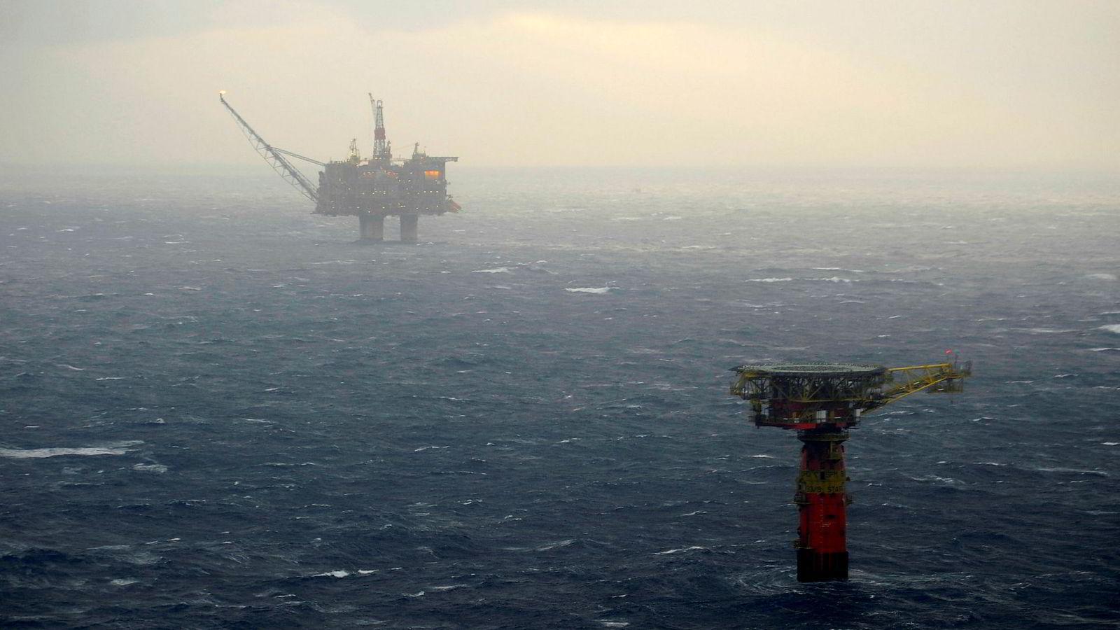 Slutten nærmer seg for Statfjord A (i bakgrunnen) som ble oppdaget i 1974.