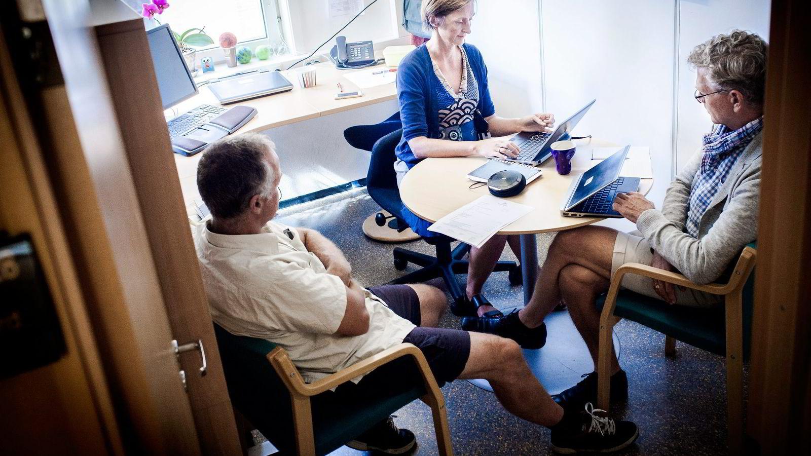 Øystein Tandberg (til venstre.) er på møte med Elin Ødegård og Tore Edvard Bergaust i Vegvesenet. Fra kommunikasjonsboksen på bordet hører vi fra Guri Ulltveit-Moe på Hamar, Liv Finborud på Lillehammer og Arnt-Ivar Weum i Moss.