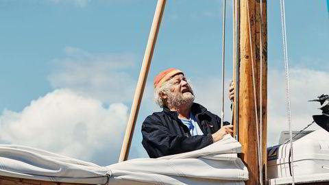 Ved sin mast. Seilmakermester Fredrik Brodersen (64) liker å bli dratt avgårde av vinden, stille, til stedet han skal. Her er han om bord i sin egen «Kløvningen»