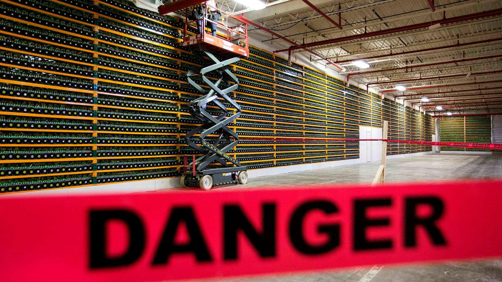 Kryptomarkedet blinker rødt, ifølge investeringsdirektør Jeff Dorman. På bildet ses arbeidere som jobber på en fabrikk som utvinner bitcoin ved Bitfarms i Quebec i Canada.